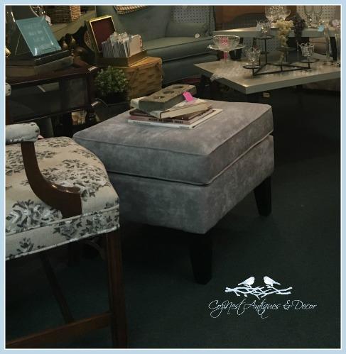 Dorm-size ottoman